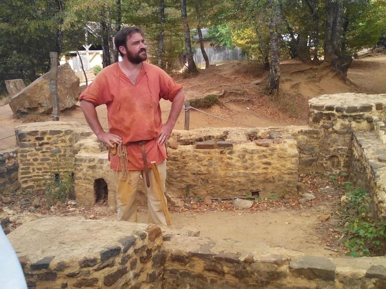 Constantin, notre guide, un maçon du chantier. Très sympa et rigolo :) !